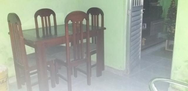 Mesa de quatro cadeiras de madeira - Foto 2