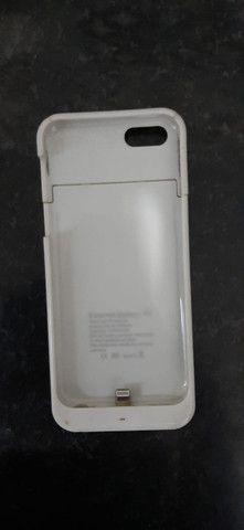 Capinha carregadora iphone 5s, perfeita, branca - Foto 4