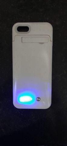 Capinha carregadora iphone 5s, perfeita, branca - Foto 2