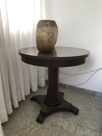 Mesa lateral redonda em madeira