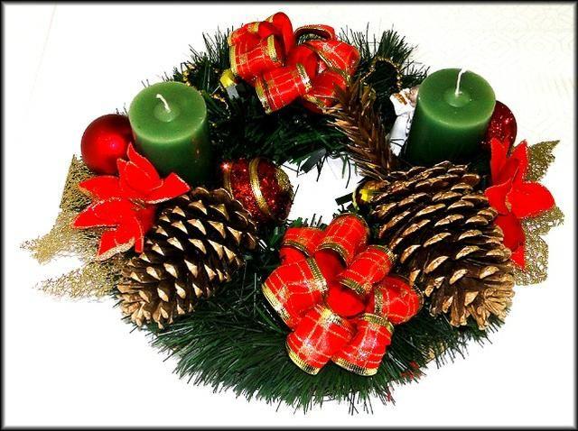 Arranjo de mesa com velas e detalhes natalinos