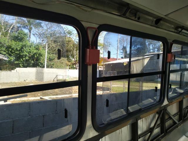 Janela de ônibus da marca Ciferal