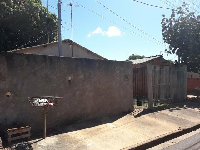 Casa no vida Nova 1 quitada no asfalto murada