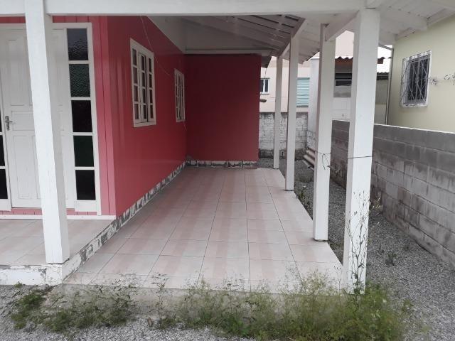Vendo pequena casa de madeira na Pinheira - Foto 2