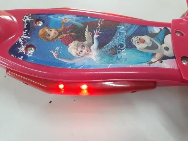 Patinete Infantil Musical Frozen 3 Rodas Com Luzes - Foto 6