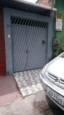 Alugo Casa 2/4 com garagem para motos Frente de Rua