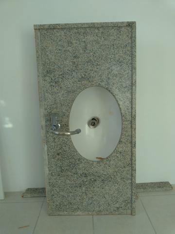 Balcão de granito, Cuba oval Deca e torneira giratória Deca