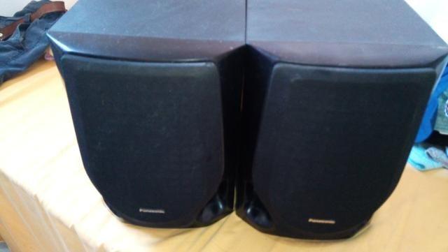 Um par de caixa de som Panasonic