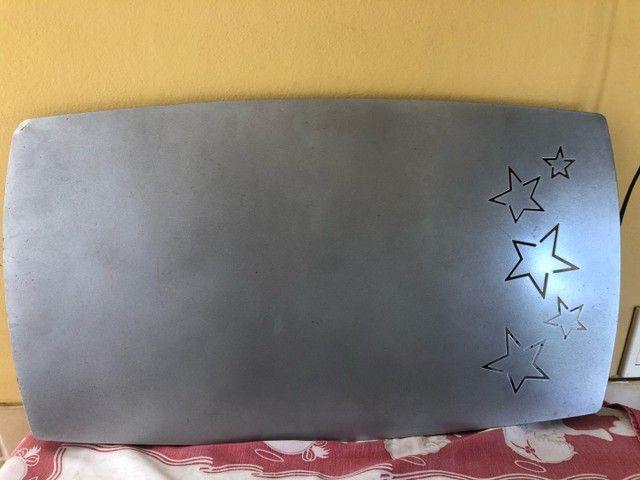 mural de fotos prateado com detalhe de estrela