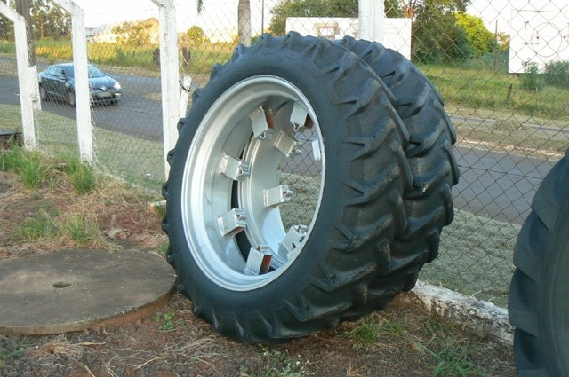 Par de pneus fino 13-6-38 e 12-4-38 - Foto 3