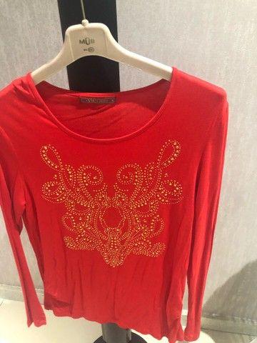 Blusa em malha coral com estampa dourada  - Foto 3