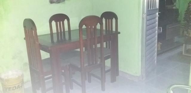 Mesa de quatro cadeiras de madeira