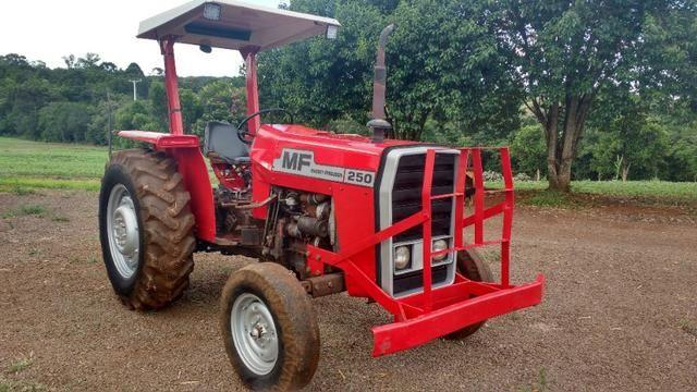 Trator MF 250 com implementos