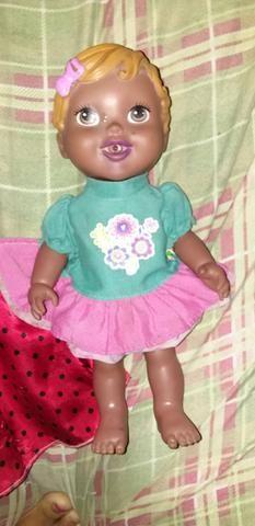 Vendo boneca linda que vem com um vestido lindo - Foto 2