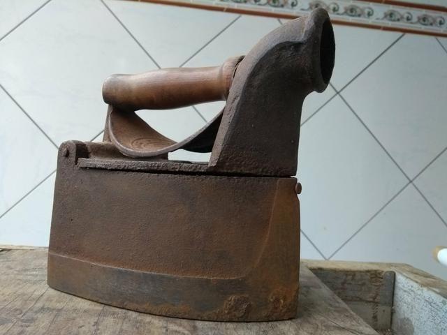 Ferro de passar roupas a carvão