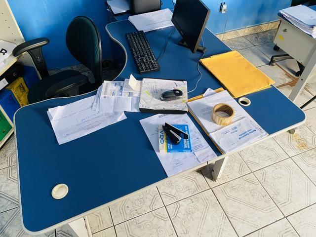 Vendo móveis de escritório mesa em L cadeira fixa - Foto 3