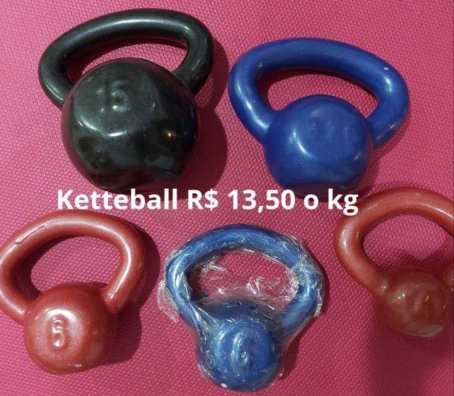 Alteres, anilhas emborrachadas e ketteball. 13,50 Kg - Foto 3