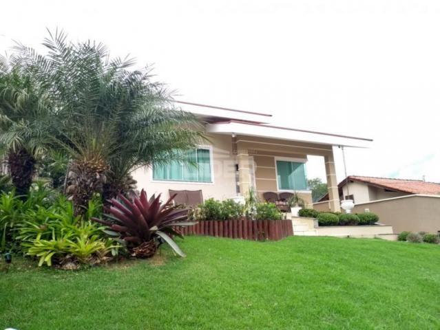 Casa de alto padrão, com jardim e piscina, no Bairro Estrada das Areias