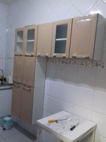 Armário de cozinha e geladeira frost free