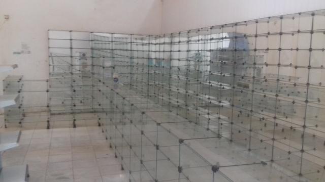 Prateleiras e balcões de vidro e de aço