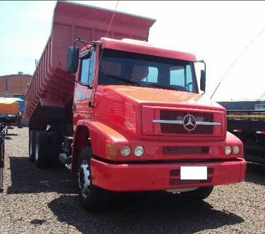 Caminhão caçamba Mercedes