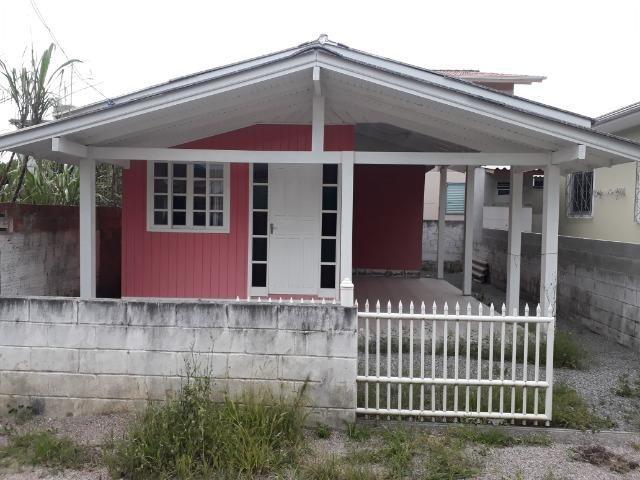 Vendo pequena casa de madeira na Pinheira