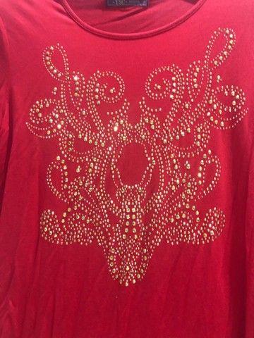 Blusa em malha coral com estampa dourada  - Foto 4