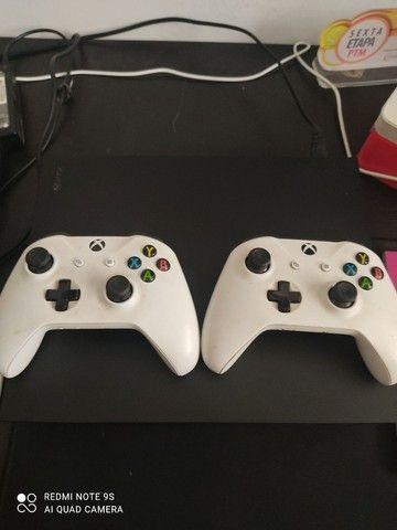 Xbox One X 1000 gigas , duas manetes brancas  - Foto 2