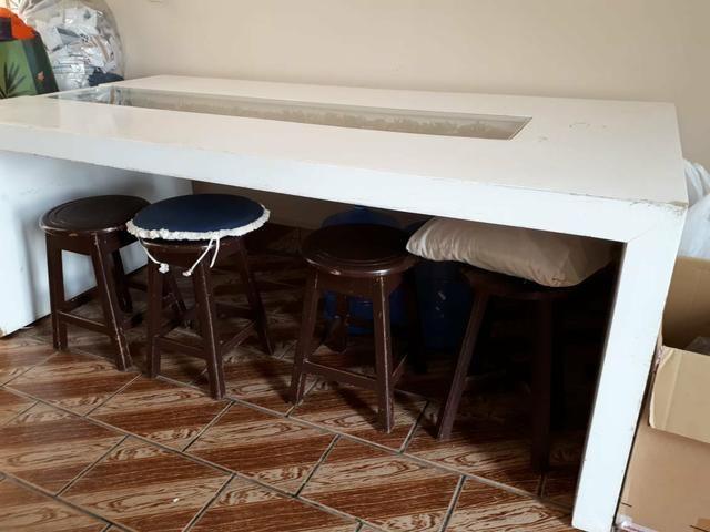 Mesa branca com rolhas de vinho - Foto 4