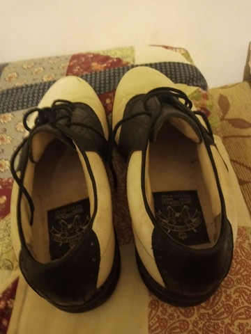 Sapatos de golf em couro branco e preto
