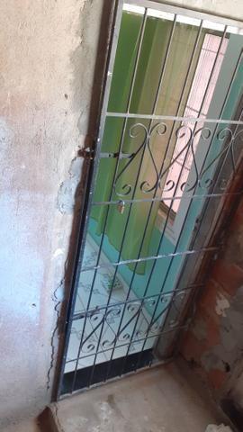 Vendo uma casa em Itapuã primeiro andar 2/4 sala ,cozinha e banheiro e área de serviço - Foto 2