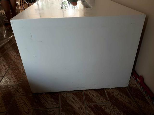Mesa branca com rolhas de vinho - Foto 2