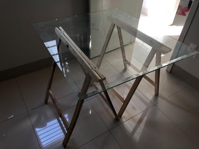 Mesa decorativa de Vidro com Cavalete