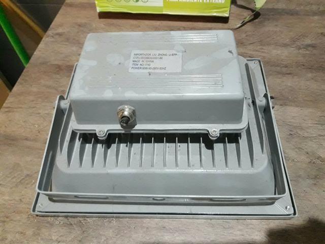 Refletor led 50wts branco quente precisa repararo