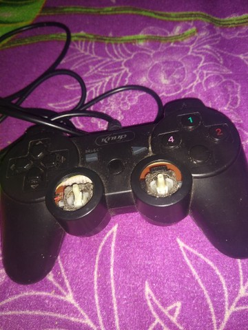Vendo esse controle PS3 pra concerta não ligar