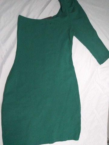 vestido verde  da quintess   meio ombro  -P-