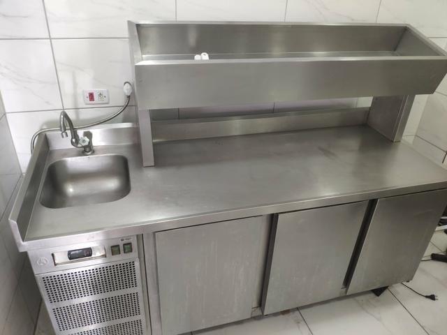 Mesa condimentadora refrigerada com pia