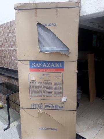 Porta Sasazaki com abertura de vidro