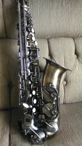 Saxofone Alto eb Dolphin Super Novo 2.000,00 Reais à vista Pintura Envelhecido