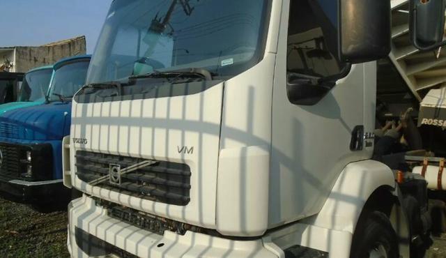 Caminhão caçamba volvo
