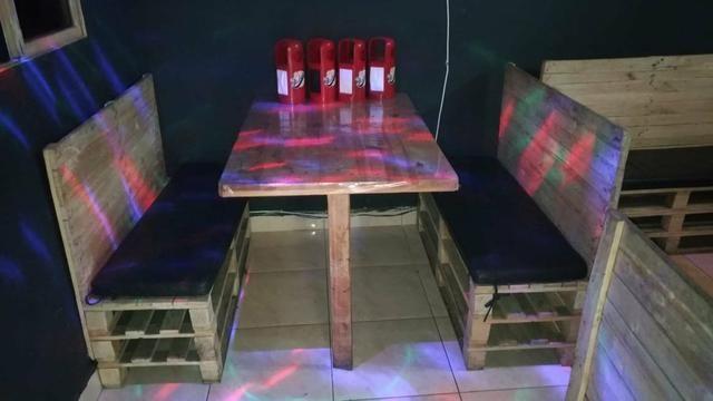 Mesa de palete com 2 bancos estofados