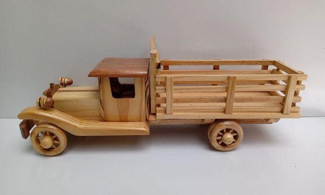 Lindo caminhãozinho de madeira marchetada