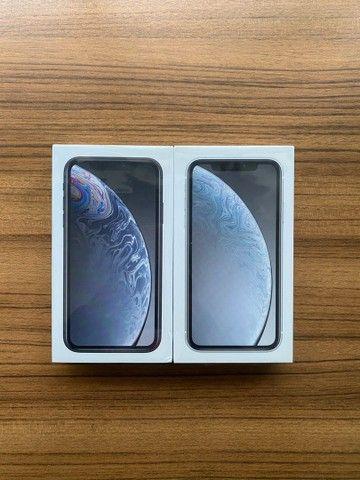iPhone XR 64gb lacrado. Preto e branco, 1 ano de garantia Apple