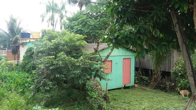 Vende-se uma casa com terreno no bairro Wanderley Dantas