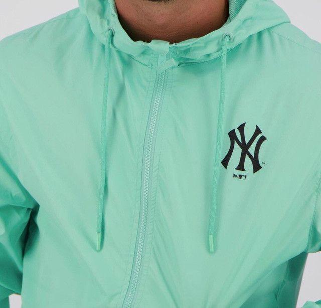 Jaqueta Corta-Vento MLB New York Yankees New Era Basic Sazonal Quad Masculina - Verde - Foto 4