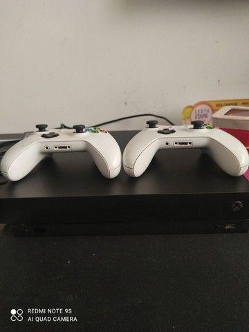 Xbox One X 1000 gigas , duas manetes brancas