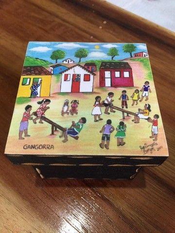 Caixa em MDF quadrada com pintura de gangorra e crianças