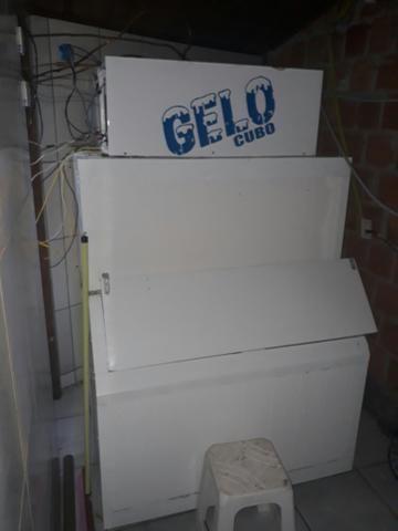 Máquina de gelo. ganhe dinheiro este verão.