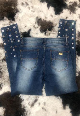 Calça jeans com pedrarias Contra Censura