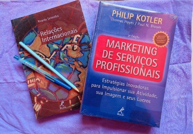 Livros Relações Internacionais e Marketing de Serviços Profissionais.